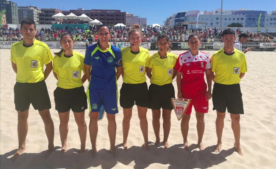 Nuestra compañera Joana Vidal debuta en un torneo de fútbol playa como árbitro