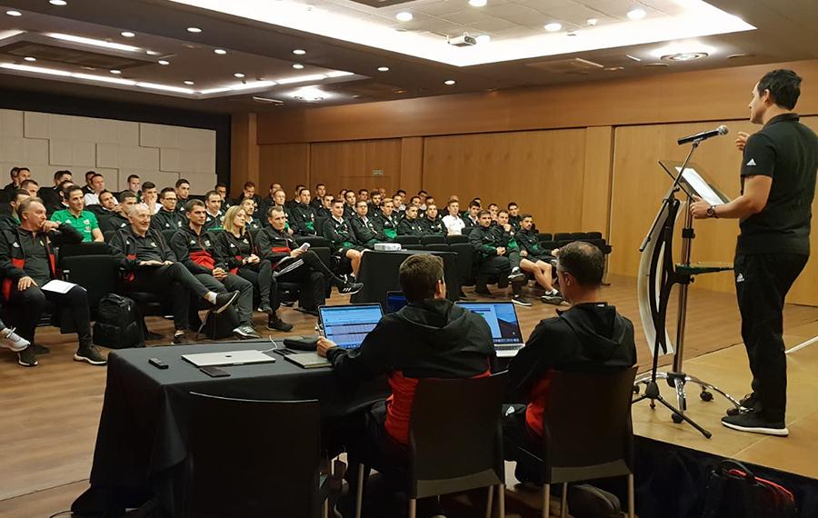Los árbitros de Segunda División siguen con la formación del VAR