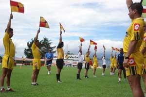 Árbitros practicando con banderines
