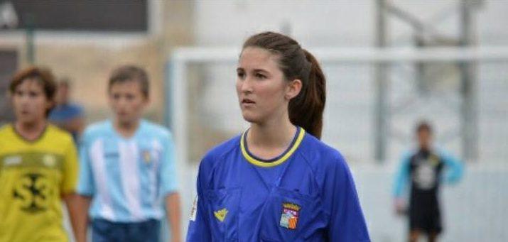 Maria del Mar Sampol nuestra compañera muestra otra tarjeta blanca en Fútbol Base.